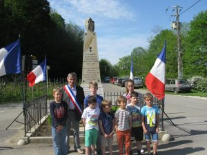Le maire et les enfants qui ont lu leurs textes.